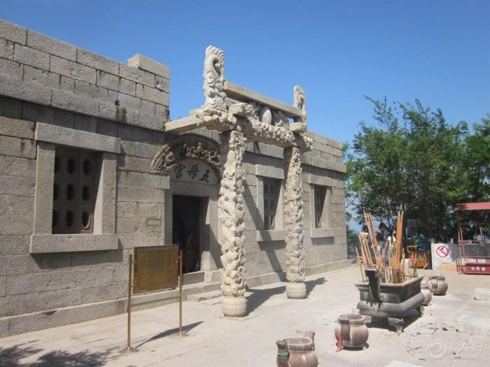 笔架山坐落在笔架山风景区内,位于我国东北辽宁省西部,面对渤海