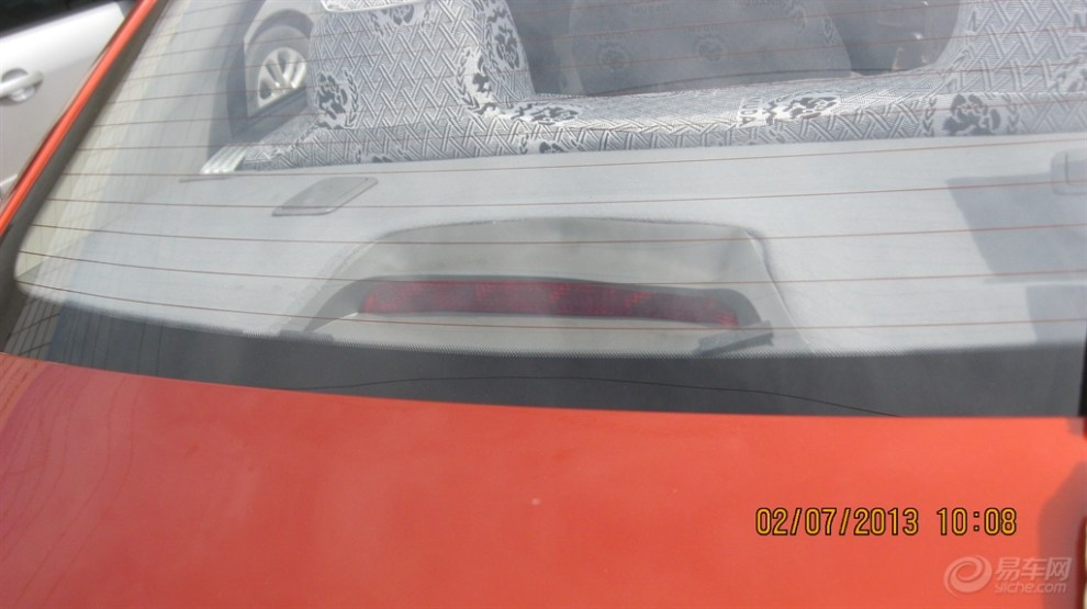 雪佛兰赛欧三厢车,后窗下面刹车灯周围塑料变形