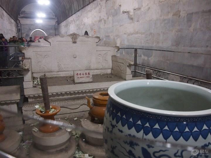 云龙/中殿是陈设祭器的殿堂,内置帝、后的三个汉白玉石宝座及点长明...