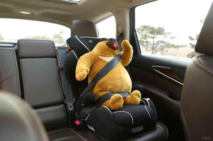 车的安全带要卡在红色装置里,并从儿童座椅头枕下部经过
