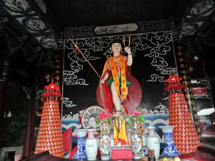 大殿之中的哪吒神像,造型生动,栩栩如生!图片
