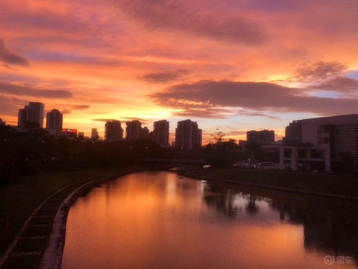 黄昏下,夕阳前,CS75与落日争辉