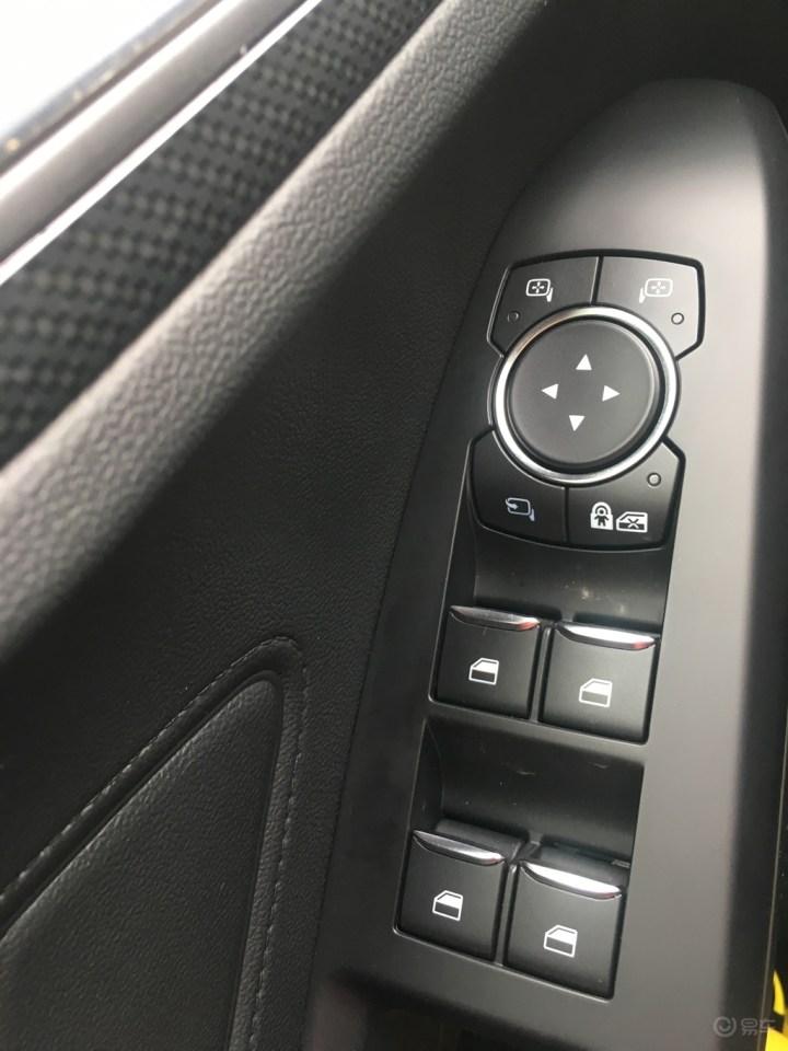 方向盘上的多功能按键也比较大,操作起来很方便.