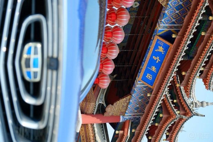蓝色的博瑞GE与古城勾勒出一幅现代与古典碰撞的美妙画面