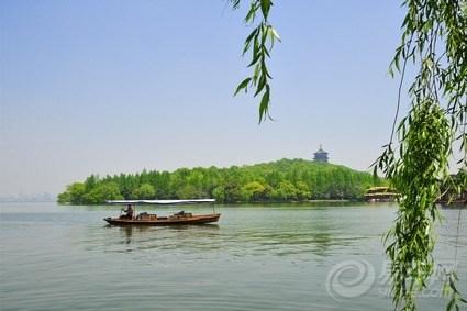 水面初平云脚低,钱塘初春少晴,但凡得个好日头,西湖畔则