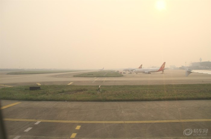 杭州机场高速两旁的农田和小别墅 自主经济型家轿吉利英伦高清图片