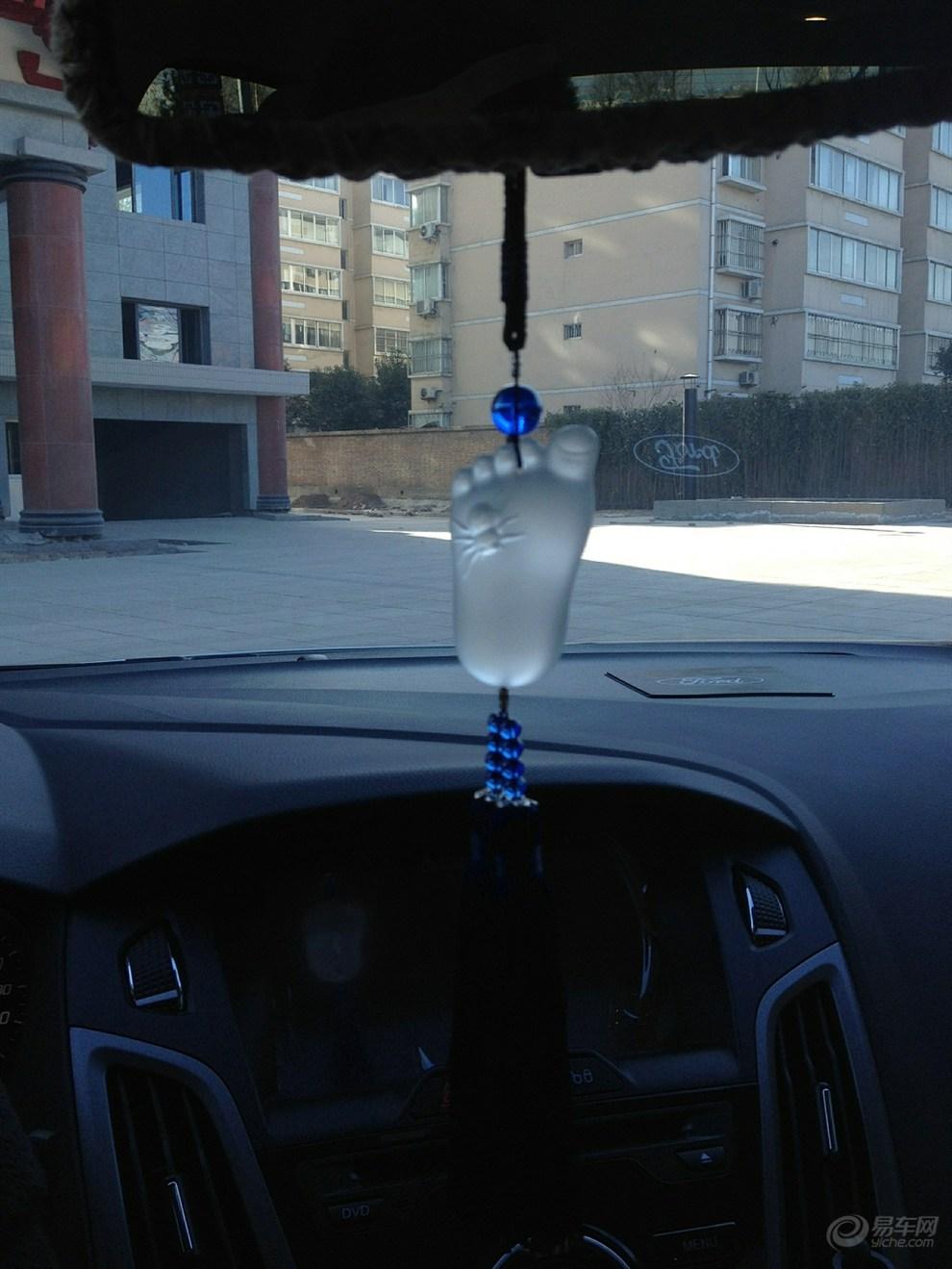 白色2012款三厢福克斯1.6自动风尚版提车作业 高清图片