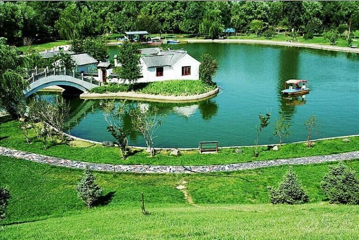植物园位于新疆乌鲁木齐市北部的繁华区,周围拥有多条公交线路,交通